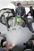 Министър-председателят на Франция Франсоа Фийон сяда в кокпита на изтребител. Снимка: Ройтерс