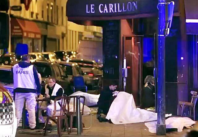 """Тела на жертви край бар """"Карийон"""" в Париж след терористичната атака на 13 ноември. Снимка: от тв репортаж"""