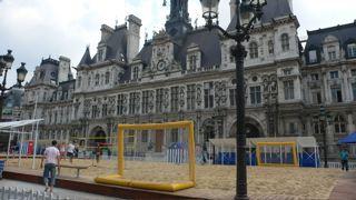 Пясъчни игрища за плажен волейбол и футбол пред парижкото кметство. Снимки: авторката