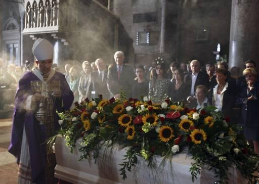 Архиепископ Луиджи Кочи води службата пред ковчега на Павароти в катедралата в Модена. Снимка: Ройтерс