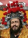 Павароти носи традиционна китайска шапка на пресконференция в Пекин през 2005 г. Снимка: Ройтерс