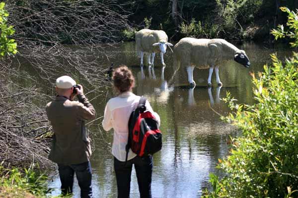 Посетители снимат композицията на откриването й. Снимка: Иван Бакалов
