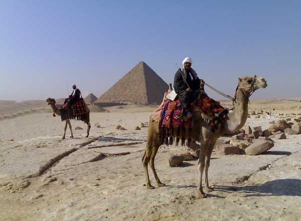 Бедуини предлагат разходка с камили около пирамидите срещу 5  египетски паунда, но за да слезеш от камилата, могат да ти поискат 10 долара. Снимки: авторът