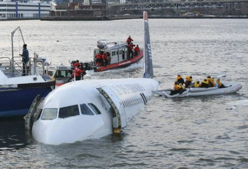 Приземеният след сблъсък с ято гъски самолет на Ю Ес Еъруейс в река Хъдсън до Манхатън, Ню Йорк, със 155 пътници на борда, всички от които бяха спасени. Снимка: Ройтерс