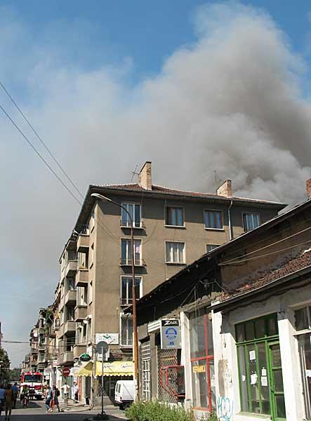 Димът от пожара покри района между улиците