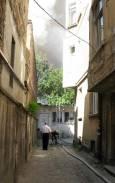 За да стигнат до горящата къща пожарникарите прокараха маркуч между сградите. Снимки авторката