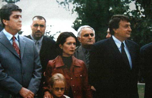 На откриването на паметника на Тодор Живков в Правец 2001 г. Отляво надясно: Георги Първанов, тогава още лидер на БСП и кандидат-президент, Бойко Борисов, току-що назначен за главен секретар на МВР, Евгения Живкова, внучка и осиновена дъщеря на Живков, Младен Червеняков, депутат от БСП и бивш министър на правосъдието. Снимка е от личен архив, разпространява се в Интернет, след като е показана на изложба от музея на Живков в Правец.