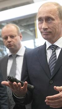 Владимир Путин с нов модел пистолет. Снимка: ижмаш