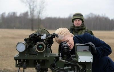 Президентката на Литва Даля Грибаускайте на военни учения
