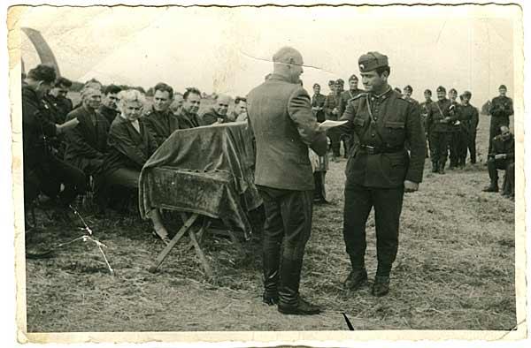 Генерал Клюев награждава старшина Чакалов с грамота. Снимка: личен архив