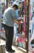 Плакатите на Слави Бинев се лепят из столицата до последно. Снимка: Нели Томова