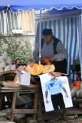 Продавачка на тикви използва плакат на Мартин Заимов за собствените си цели. Снимка: Нели Томова