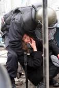 Полицай мери силите си с ученичка. Снимки: Булфото