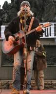 Васко Кръпката се включи в протеста, като изпя няколко песни на импровизираната сцена. Снимки: Нели Томова