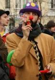 Протестиращ, облечен като клоун. Снимки: Нели Томова