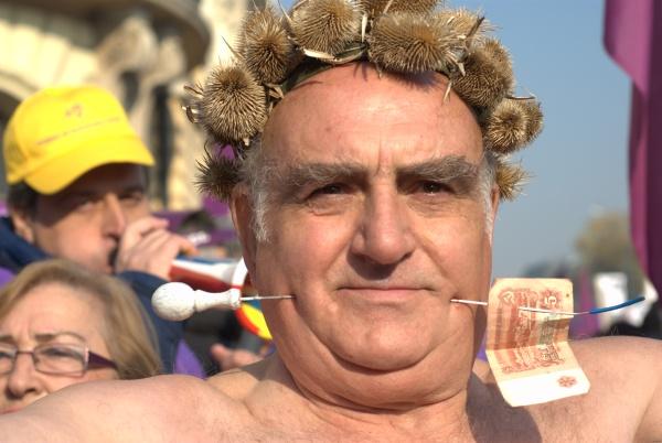 Гол пенсионер с прободени бузи поведе шествието срещу правителството на Борисов. Снимка: Виктория Атанасова