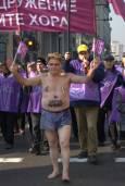 """""""Народ-мъченик"""" е написал на корема си голият пенсионер с прободени бузи, повел протестното шествие. Снимка: Виктория Атанасова"""