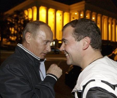 Владимир Путин и Дмитрий Медведев в нощен Сочи. Снимка: Ройтерс