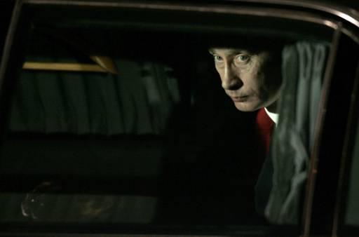 Руският президент Владимир Путин гледа през прозореца на колата си при посрещането на аерогара София. Снимка: Ройтерс
