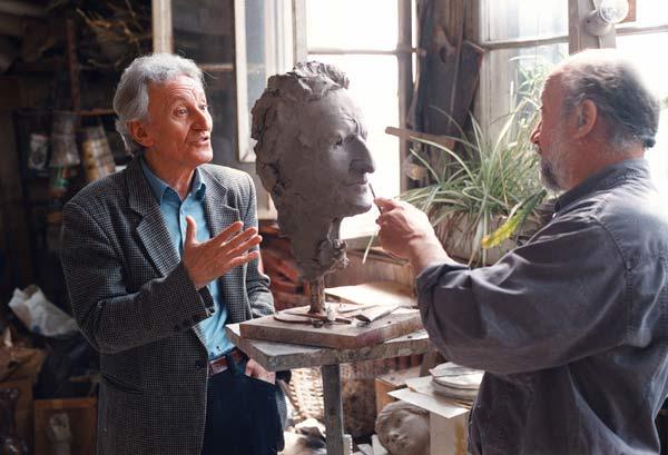 Радичков позира в ателието на скулптора Чапкънов. Снимка: Иван Бакалов