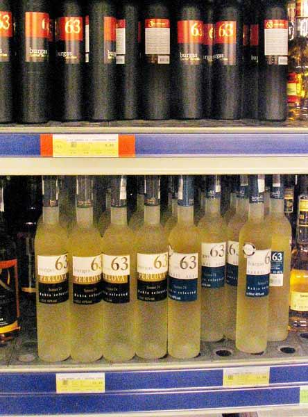 """На горния рафт е популярната бургаска ракия """"Бургас 63"""", но тя не е най-добрата. На долния рафт са """"Бургас 63 - Перлова"""" (вляво) и """"Бургас 63 - Barrel"""" - тези двете са най-добрите с тази марка и едни от най-добрите български ракии въобще. Цената на """"Перлова"""" (0,5 л) е 22-24 лв. в магазина (18 лв. в """"Метро""""), а на """"Barrel"""" - 18-20 лв. в магазина. Снимка: e-vestnik"""
