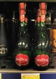"""Пещерска специална с червен етикет на цена около 10-11 лв. в магазините (0,7 л). Да не се бърка с обикновените пещерски ракии. Някои предпочитат """"Пещерска отлежала"""" (вижда се вляво на снимката, с матово шише), но """"Специална"""" има по-силен плодов аромат и вкус. Много добро съотношение цена-качество. Снимка: e-vestnik"""