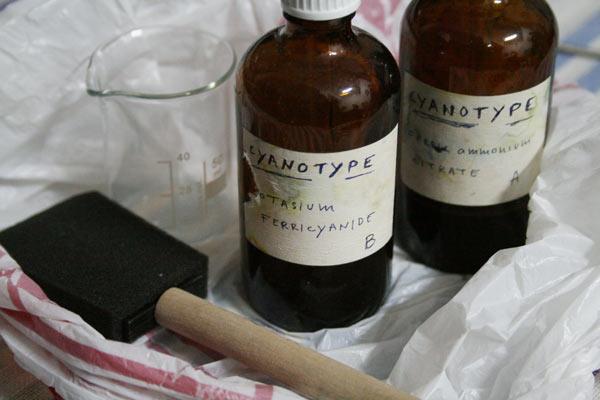 Шишенца с калиев ферицианид  и желязо-амониев цитрат. По няколко капки от двете субстанции се смесват,за да се получи светлочувствителна емулсия. Снимки: авторката