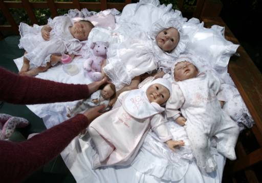 """Кукли Reborn Babies (Преродени бебета) в дома на Дебра Кинг в Единбург, Шотландия. """"Преродените бебета"""" са реалистични кукли, внимателно изработени от винил, които бързо се превръщат в популярна стока не само сред колекционерите на кукли, но и за носталгично настроени баби и тъгуващи от загуба родители. Колекционират се от онлайн общност и се обработват с боя на няколко пъти, докато се получи матовият блясък на кожата на новородено. Имат пухкава рошава косица и мигли, а теглото им съответства на това на дете. Снимка: Ройтерс"""