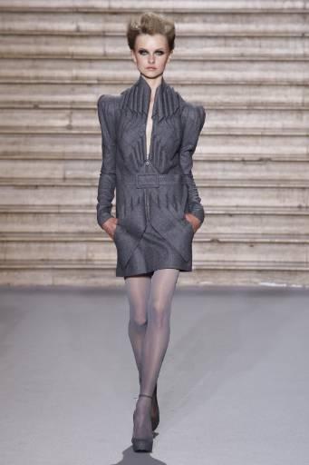 Kолекция висша мода есен-зима 2009-2010 на френския дизайнер Стефан Ролан в Париж. Снимка: Ройтерс