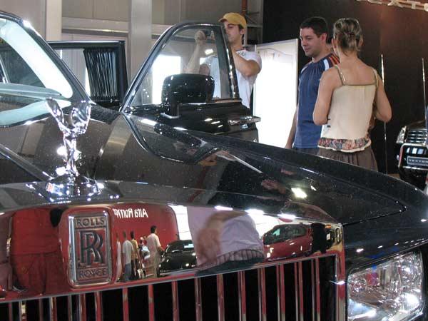 Ролс Ройс Фантом, цена около 400 000 евро. През последната година няколко вестника писаха рекламни новини, че 4,5 или 7 българи си били поръчали такъв модел, но това е първият, който стъпва на живо на автоизложението в София и още не е купен. Снимка: Иван Бакалов