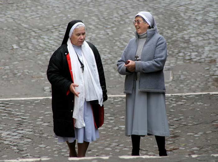 Две монахини на стълбите край Ватикана. Снимка: Иван Бакалов
