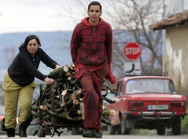 Роми карат дърва за огрев. Снимка: Impact Press Group