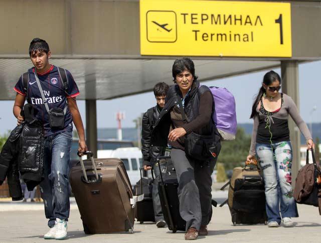 Роми, екстрадирани от Франция, се прибират в България. Снимка: Impact Press Group