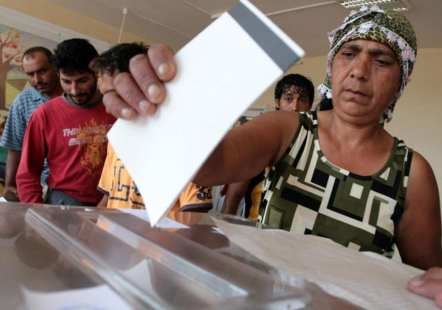 Роми във Варна гласуват. Снимка: Impact Press Group