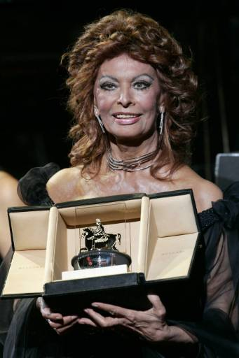 Италианската актриса София Лорен позира с наградата за цялостен принос, която й беше връчена на откриването на Международния кинофестивал в Рим. Той ще продължи до 27 октомври. Снимка: Ройтерс