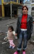 38-годишната Румяна с едно от 5-те си внучета - Надка. Румяна  живее с двете си дъщери, зетьовете и децата в двустаен апартамент. Нямат топла вода, а от няколко месеца и ток. Снимка: авторката