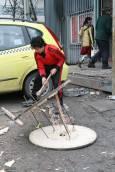 Момче цепи с брадва намерена отнякъде макара, за да осигури дърва за отопление. Снимка: авторката