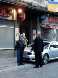 Полицай и охранител изпълняват служебните си задължения.