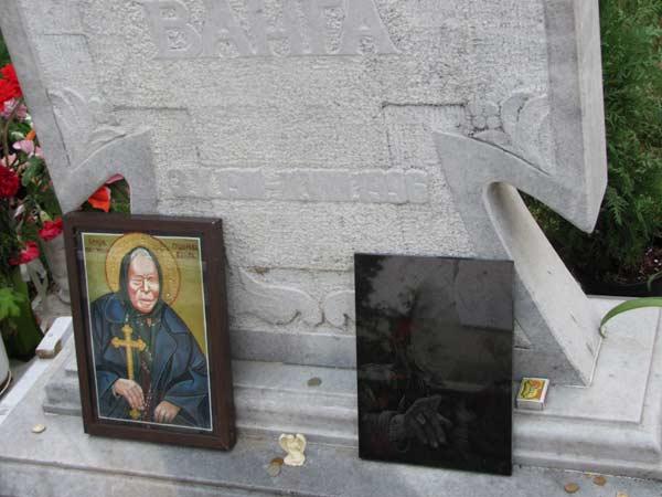 Икона с изображение на Ванга като светица на гроба й в с. Рупите. Снимки: авторката