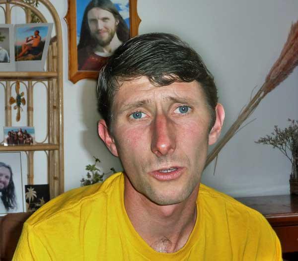 Петър Станков в дома си в София. Зад него на стената е образът на Висарион. Снимка: авторката