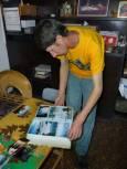 Петър показва снимки от личния си архив. Снимка: авторката