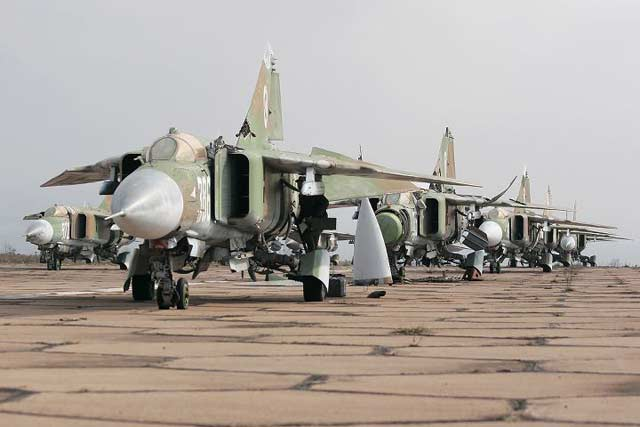 Самолетите МИГ 23 на летище Доброславци преди да бъдат нарязани. Снимка: