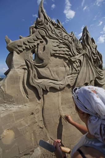 Художничка прави пясъчна скулптура по време на Фестивала на пясъчните фигури в Роршах до езерото Констанц, Швейцария. Снимка: Ройтерс