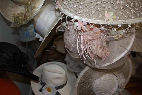 Една шапка може да се направи за една нощ, но може и за една година, казва известната шапкарка. Снимка: авторката