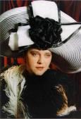 Ирина Сардарева с направена от нея шапка. Снимка: Личен архив
