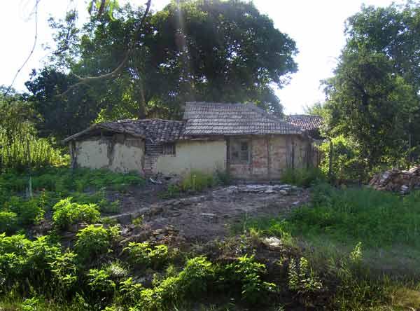Една от запустелите къщи. Снимки: авторката