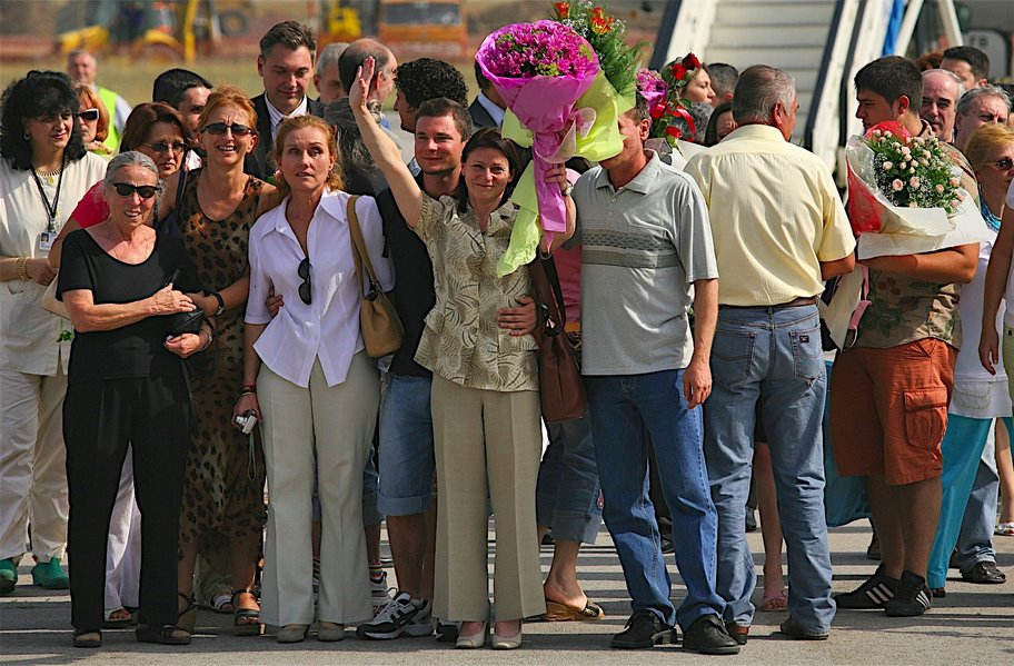 Освободените медици стъпват на българска земя. Снимки: Валентина Петрова