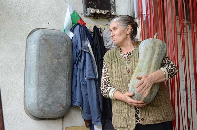 С. Долно Озирово, 66-годишната Виолета оцелява със социални помощи 91 лева и каквото отгледа в двора на къщата. Снимка: Веселина Димитрова