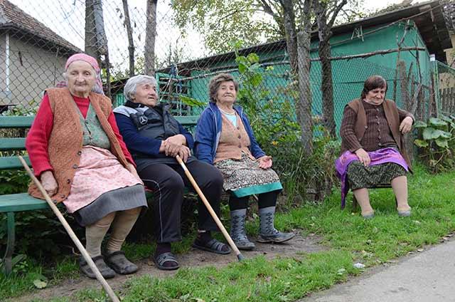 Четири баби на малка уличка в с. Слатина. Рядко срещана гледка при обиколката по селата. Снимка: Веселина Димитрова