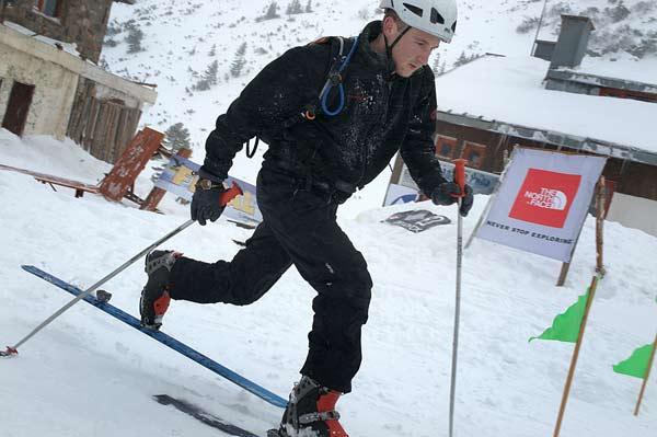 """Победителят в група Б Слави Асенов от алпийски клуб """"Планинец"""" финишира на състезанието по ски рали за купа"""